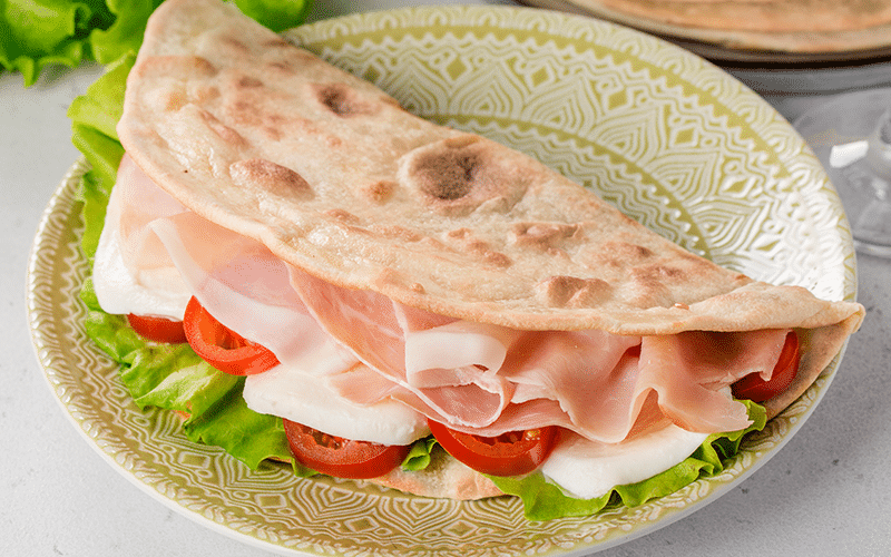 Piadina with ham, tomatoes and lettuce